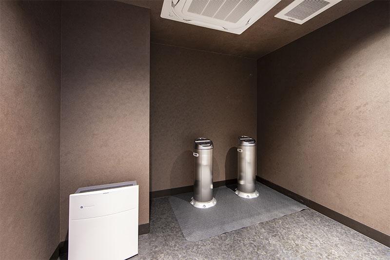 Smoking rooms (4F & 9F)